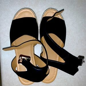 Soda Black burlap buckle sandals size 8